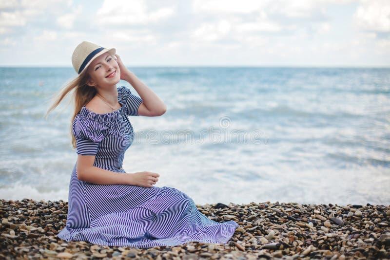 Mujer sonriente joven en el mar imagenes de archivo