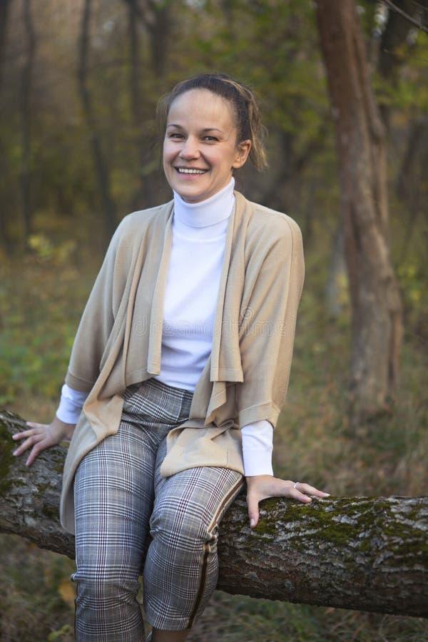 Mujer sonriente joven en parque del oto?o foto de archivo libre de regalías