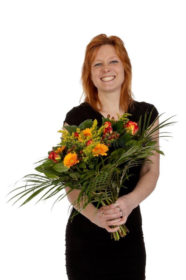 Mujer sonriente joven feliz con las flores imagenes de archivo