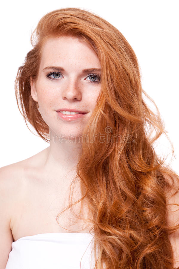 Mujer sonriente joven hermosa con el pelo rojo y las pecas aislados imagenes de archivo