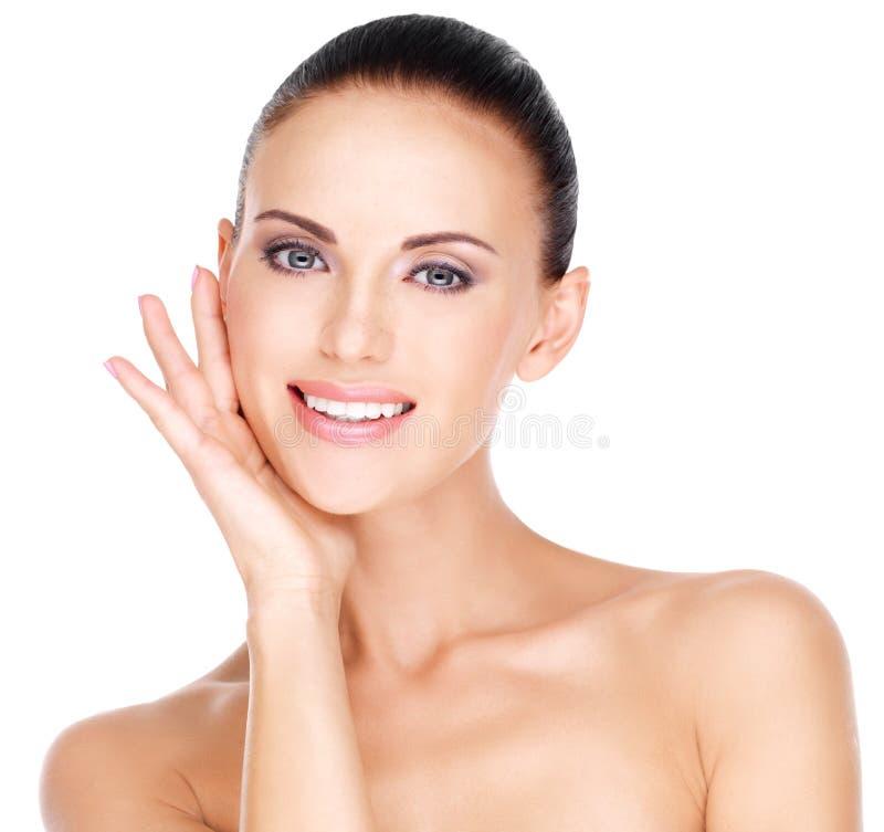 Mujer sonriente joven hermosa con la piel fresca sana del fa fotos de archivo