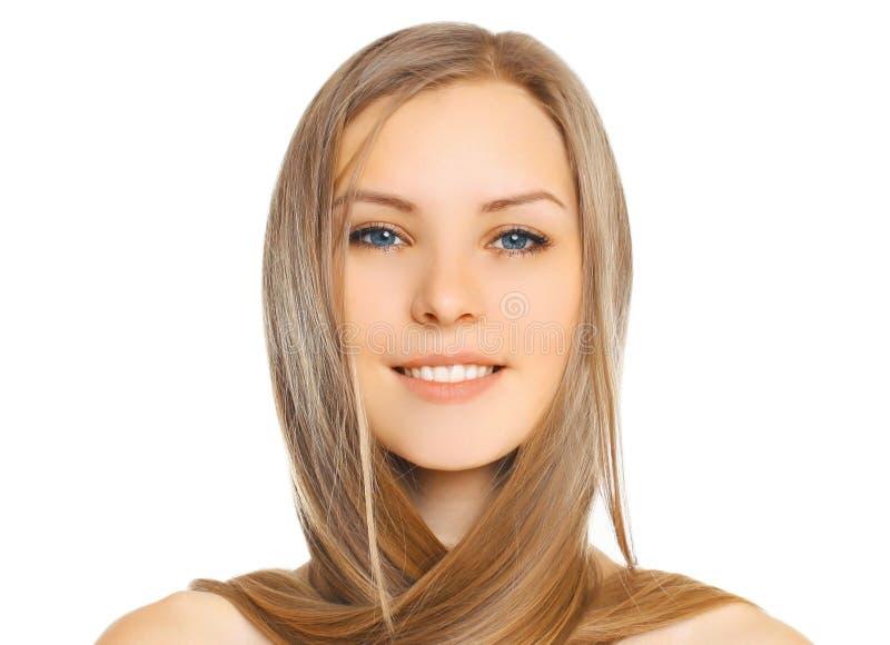 Mujer sonriente joven hermosa del primer del retrato con el pelo largo aislado en blanco fotografía de archivo libre de regalías