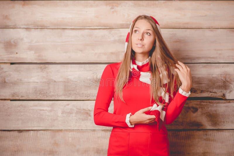 Mujer sonriente joven hermosa que lleva el suéter hecho punto, invierno ha foto de archivo