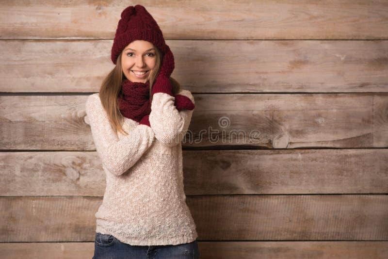 Mujer sonriente joven hermosa sobre fondo de madera fotos de archivo