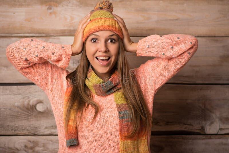 Mujer sonriente joven hermosa sobre fondo de madera y x28; winter& x29; fotos de archivo