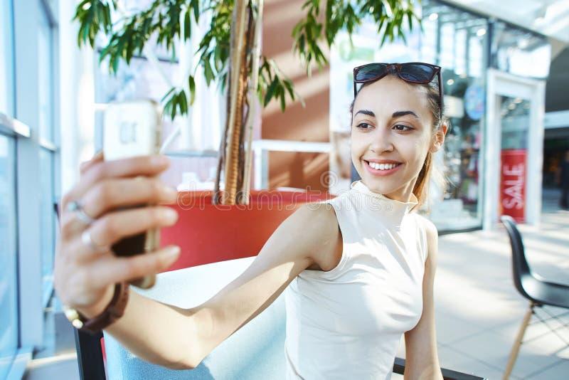 Mujer sonriente joven que hace el selfie en la alameda fotografía de archivo libre de regalías