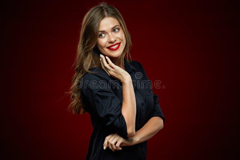 Mujer sonriente joven que lleva el vestido negro fotografía de archivo libre de regalías