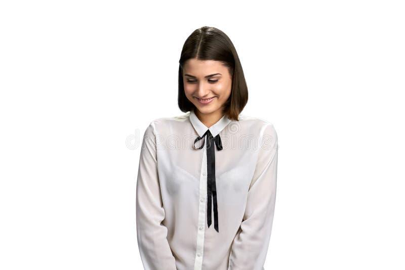 Mujer sonriente joven que mira abajo imagen de archivo libre de regalías