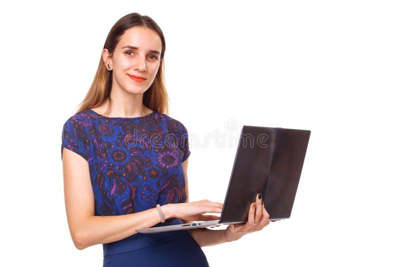 Mujer sonriente joven que trabaja en el ordenador portátil aislado foto de archivo libre de regalías
