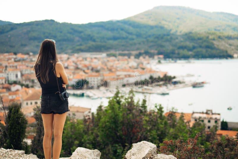 Mujer sonriente joven que viaja y que visita Europa Verano que viaja a Europa y a la cultura mediterránea Calles coloridas, vieja foto de archivo