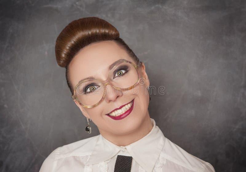 Mujer sonriente loca en las lentes foto de archivo