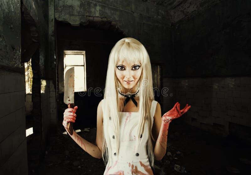 Mujer sonriente malvada - asesino de la muñeca fotografía de archivo libre de regalías