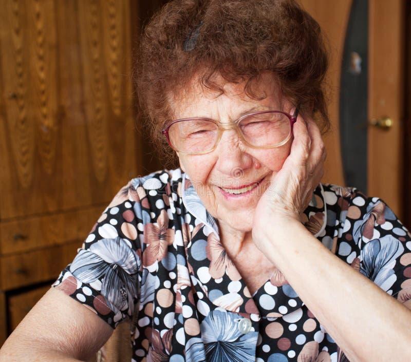 Mujer sonriente mayor en casa imágenes de archivo libres de regalías