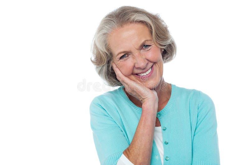Mujer sonriente mayor tímida y educada imágenes de archivo libres de regalías