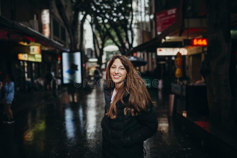 Mujer sonriente que goza de la vecindad de Chinatown en Sydney, Australia imagen de archivo