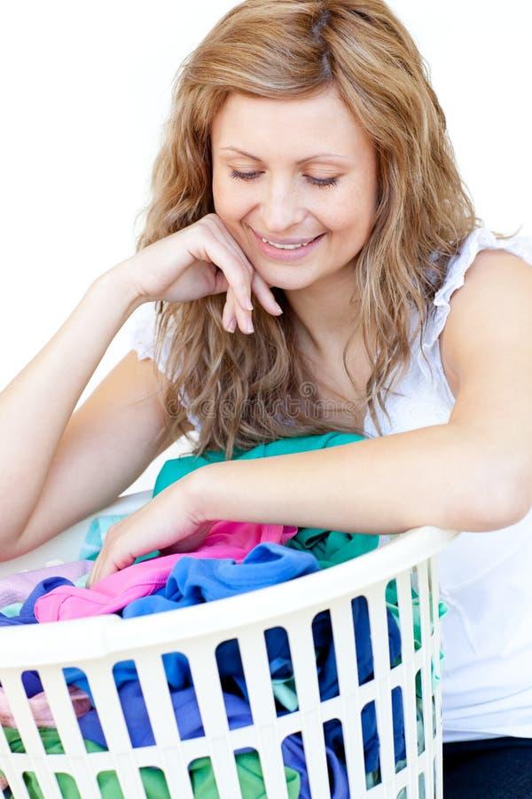 Mujer sonriente que hace el lavadero fotografía de archivo libre de regalías