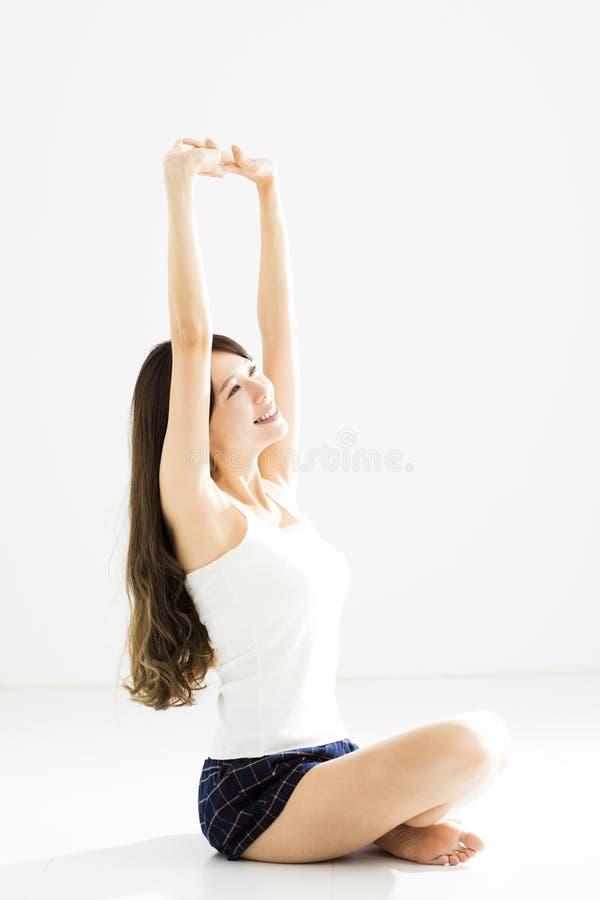 Mujer sonriente que hace estirar y yoga imagen de archivo