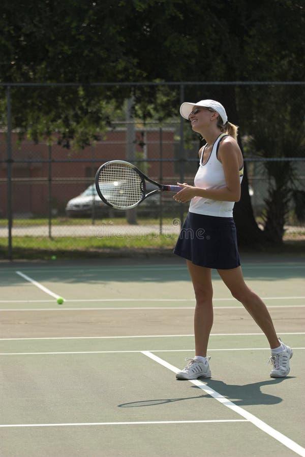Download Mujer Sonriente Que Juega A Tenis Imagen de archivo - Imagen de mujer, deporte: 1278639