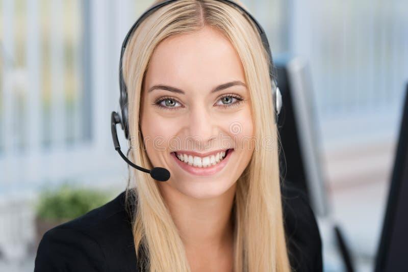 Mujer sonriente que lleva auriculares fotos de archivo libres de regalías