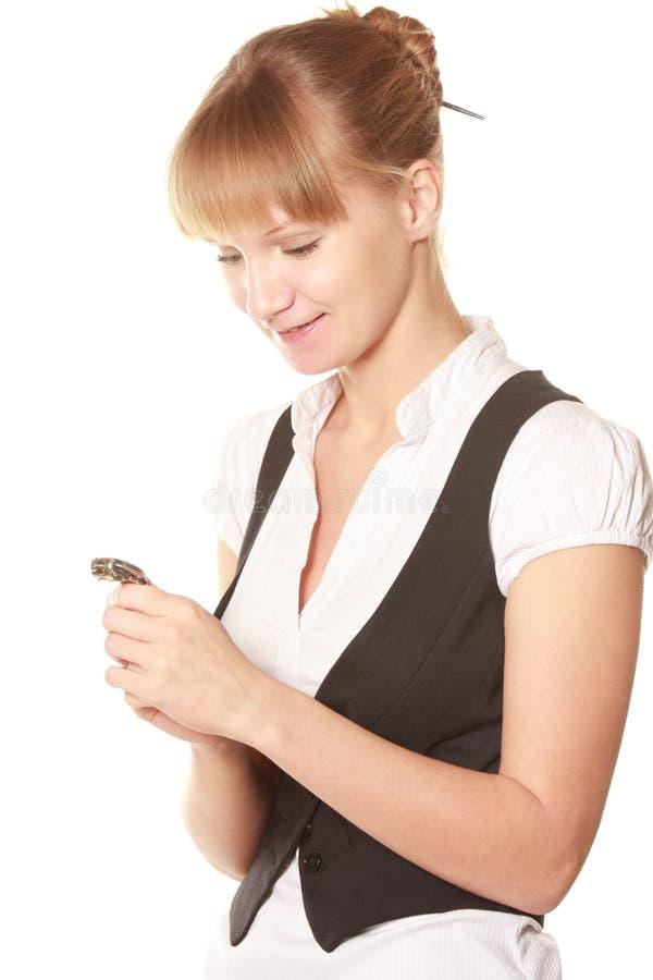 Mujer sonriente que mira el reloj imágenes de archivo libres de regalías