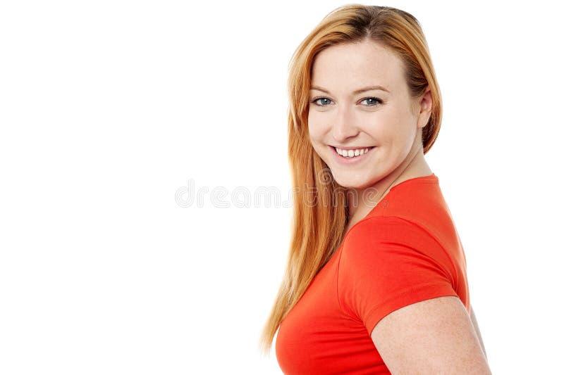 Mujer sonriente que mira la cámara imagen de archivo