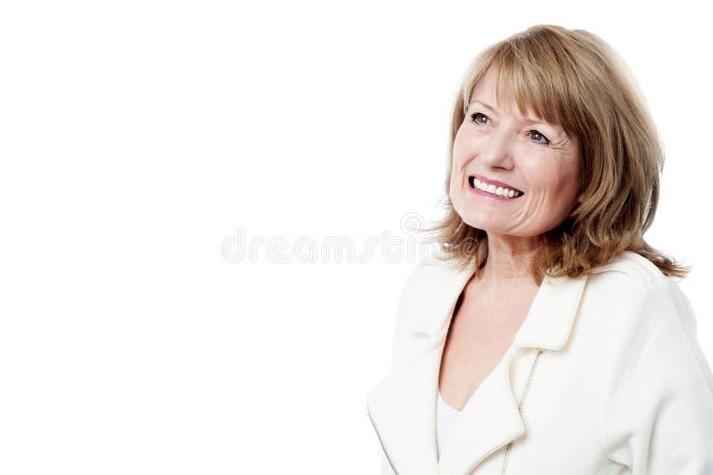 Mujer sonriente que mira para arriba foto de archivo libre de regalías