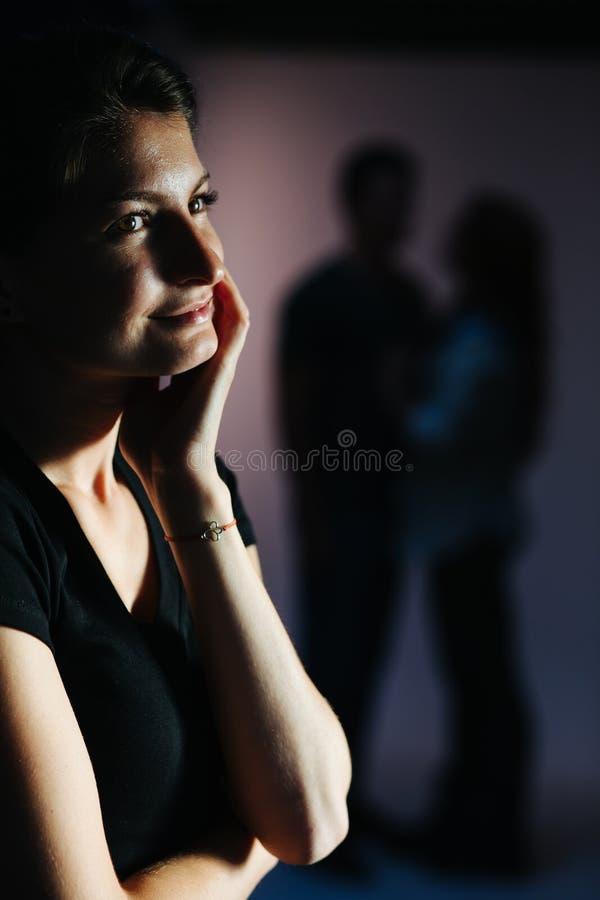 Mujer sonriente que mira a un par fotos de archivo