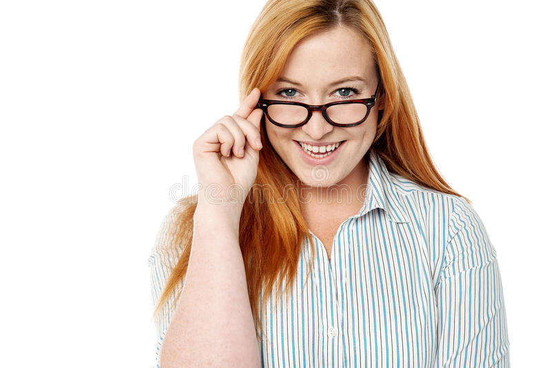 Mujer sonriente que presenta sobre blanco imagen de archivo