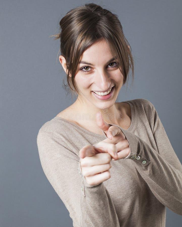 Mujer sonriente que señala sus fingeres en primero plano para acusar alguien culpable imagenes de archivo