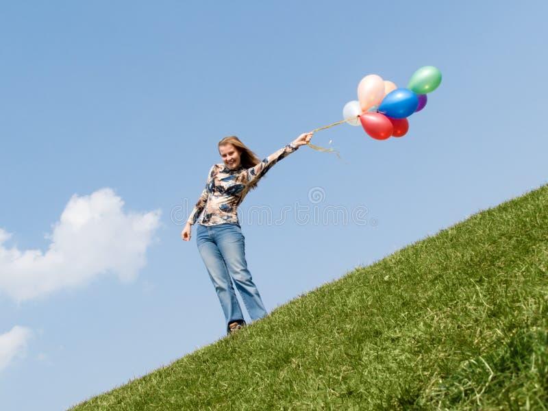 Mujer sonriente que se coloca al aire libre imágenes de archivo libres de regalías