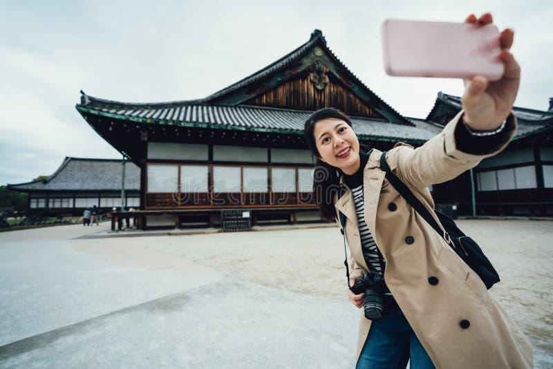 Mujer sonriente que toma la foto del selfie en jo del nijo fotografía de archivo libre de regalías