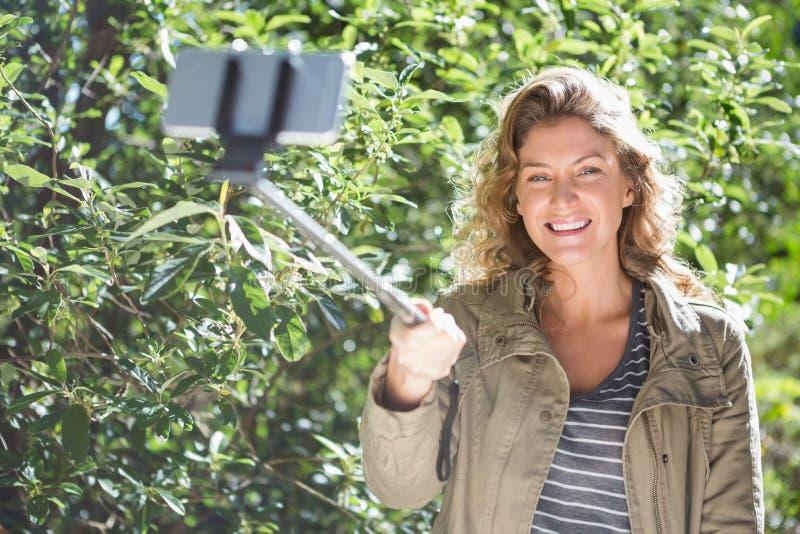 Mujer sonriente que toma selfies foto de archivo libre de regalías