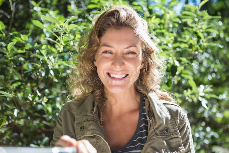 Mujer sonriente que toma selfies imagen de archivo