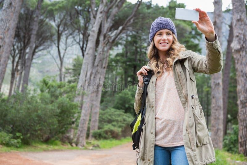 Mujer sonriente que toma selfies fotos de archivo