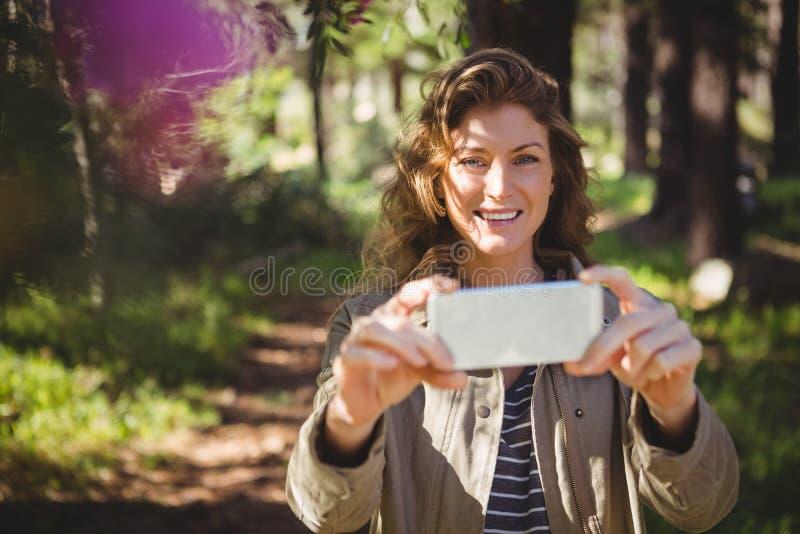 Mujer sonriente que toma selfies fotografía de archivo libre de regalías