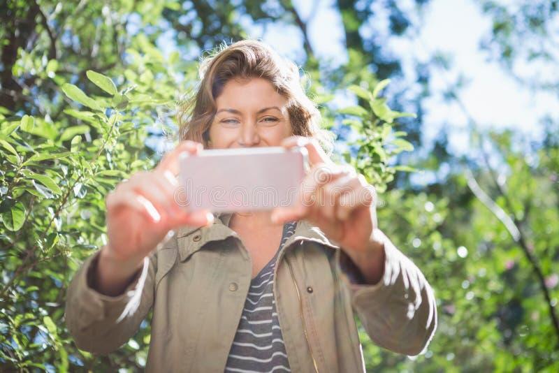 Mujer sonriente que toma selfies fotos de archivo libres de regalías