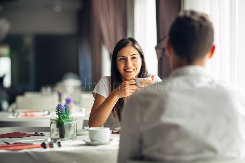 Mujer sonriente una fecha en un restaurante, teniendo una conversación sobre una comida en hotel Emociones positivas, amor, afect fotos de archivo libres de regalías