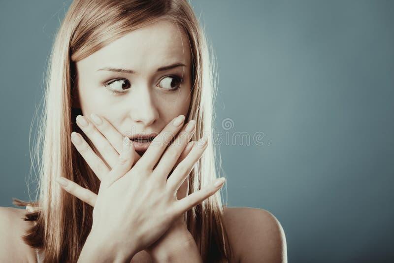 Mujer sorprendente que cubre su boca con las manos fotografía de archivo