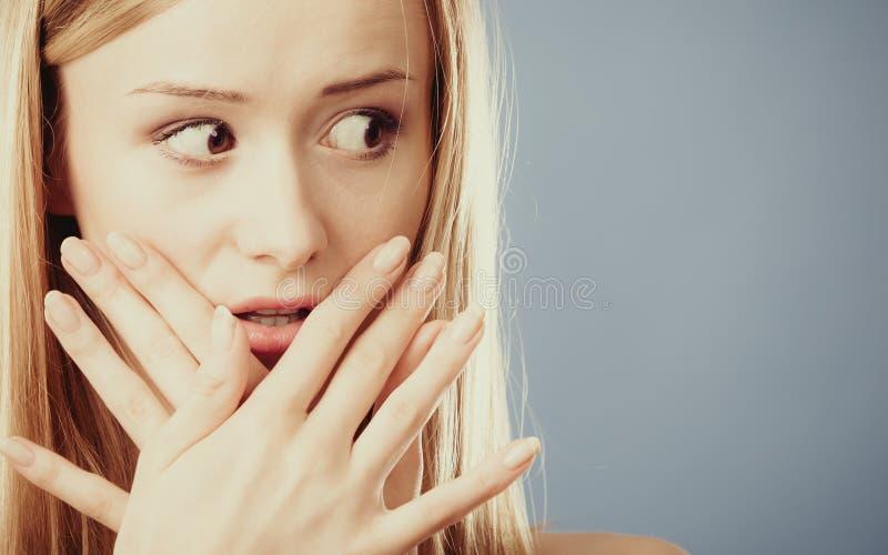 Mujer sorprendente que cubre su boca con las manos imagen de archivo
