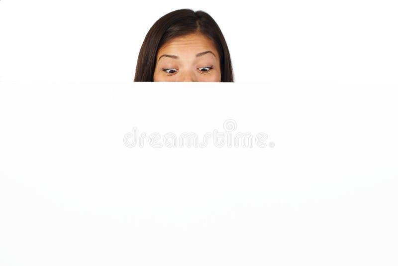 Mujer sorprendida con la cartelera fotos de archivo libres de regalías