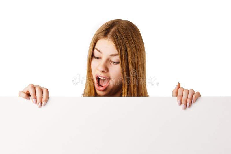 Mujer sorprendida con la cartelera imagenes de archivo