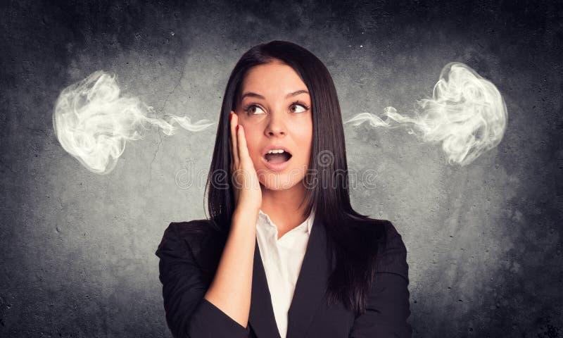 Mujer sorprendida con vapor de los oídos concreto imágenes de archivo libres de regalías