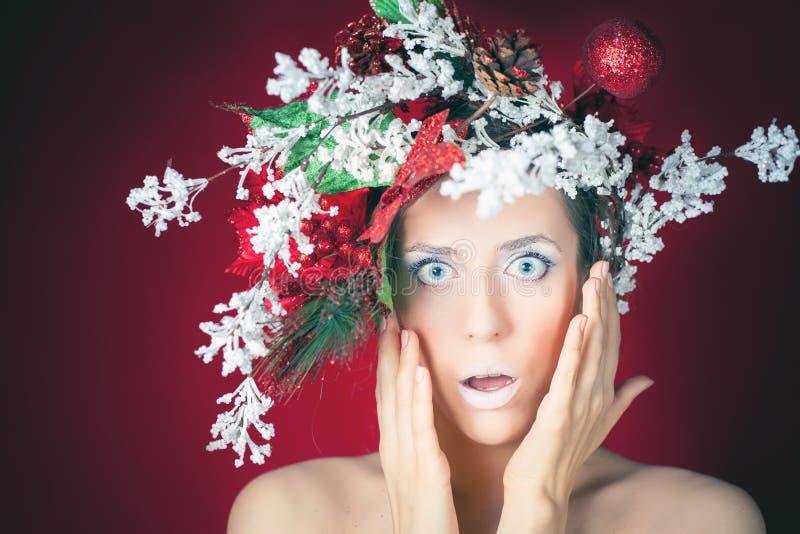 Mujer sorprendida del invierno de la Navidad con el peinado y el maquillaje del árbol fotos de archivo libres de regalías