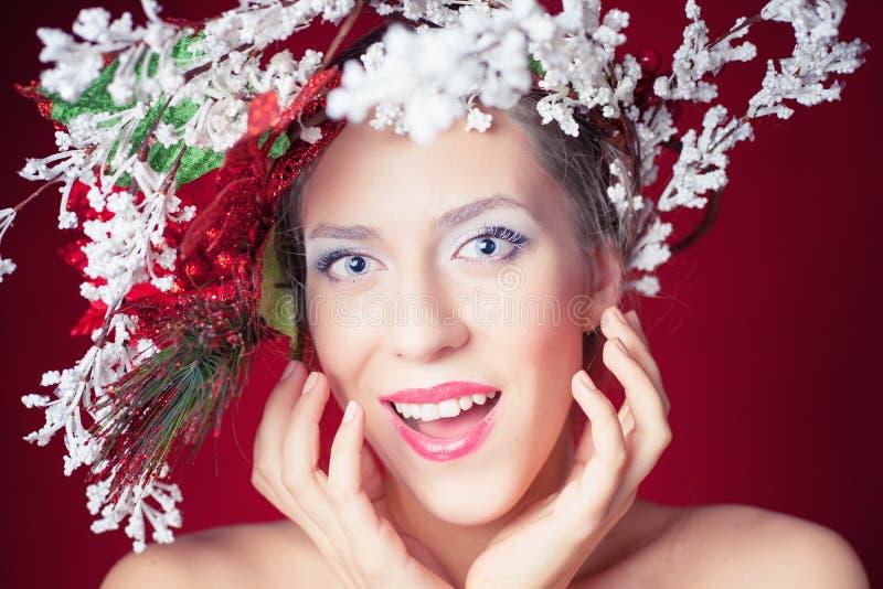 Mujer sorprendida del invierno de la Navidad con el peinado y el maquillaje del árbol imágenes de archivo libres de regalías