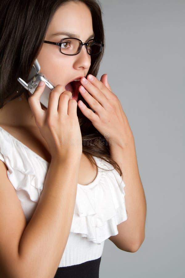 Mujer sorprendida del teléfono fotos de archivo