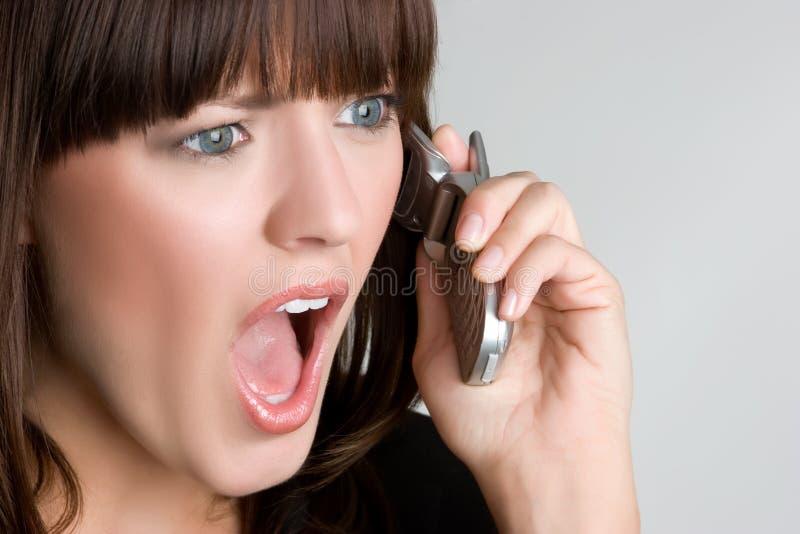 Mujer sorprendida del teléfono imágenes de archivo libres de regalías