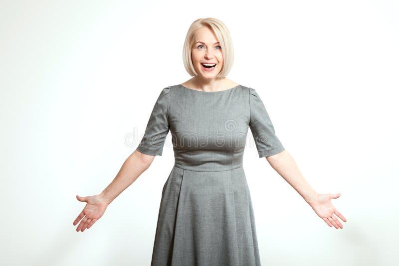 Mujer sorprendida en blanco Haga frente a la expresión, emociones, sintiendo la reacción de la actitud fotos de archivo
