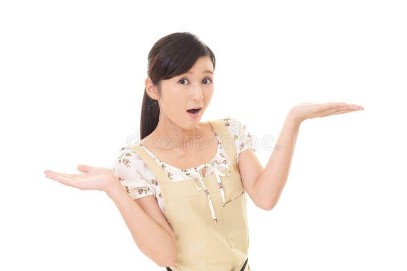Mujer sorprendida en delantal imagen de archivo