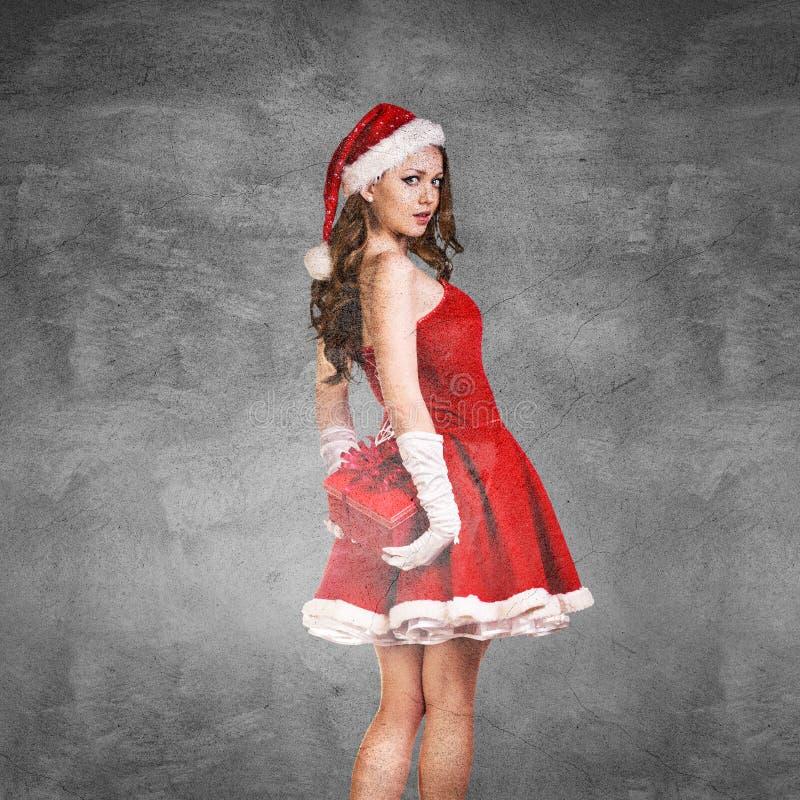 Mujer sorprendida hermosa en el traje de Santa Claus imagen de archivo libre de regalías