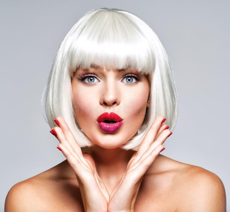 Mujer sorprendida joven Emociones brillantes Peinado de la manera foto de archivo